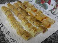 Aperitivos diversos de rollitos salados.