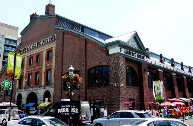 Gleich daneben ist man auch schon am St. Lawrence Market, der eine Vielfalt an Spezialitaeten aus aller Welt bietet und sich in einem der aeltesten Gebaeude der Stadt befindet. Zusammen mit dem Kensigton Market sind die beiden die groessten und sehenswertesten Maerkte der Stadt
