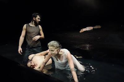 """Scena z przedstawienia """"Antoniusz i Kleopatra"""" w łódzkim Teatrze im. Stefana Jaracza"""