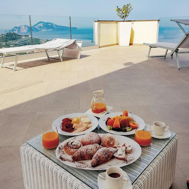 Sorrento, Villa Eliana. Colazione dalla terrazza della suite con vista unica