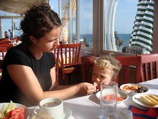 Kilyos Burc Otel'de kahvaltı ederken