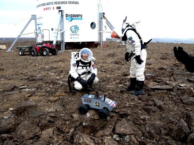 Cientistas da Nasa em suposto treinamento na Ilha de Devon