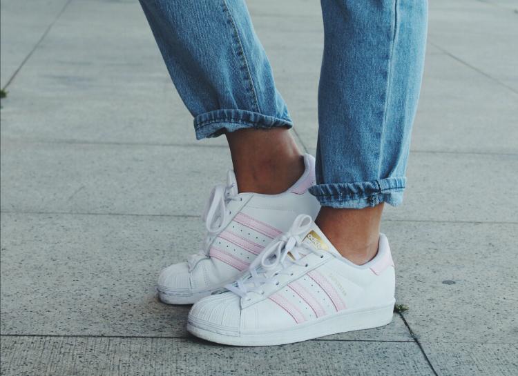 outfit-con-zapatillas-adidas-superstar-rosas