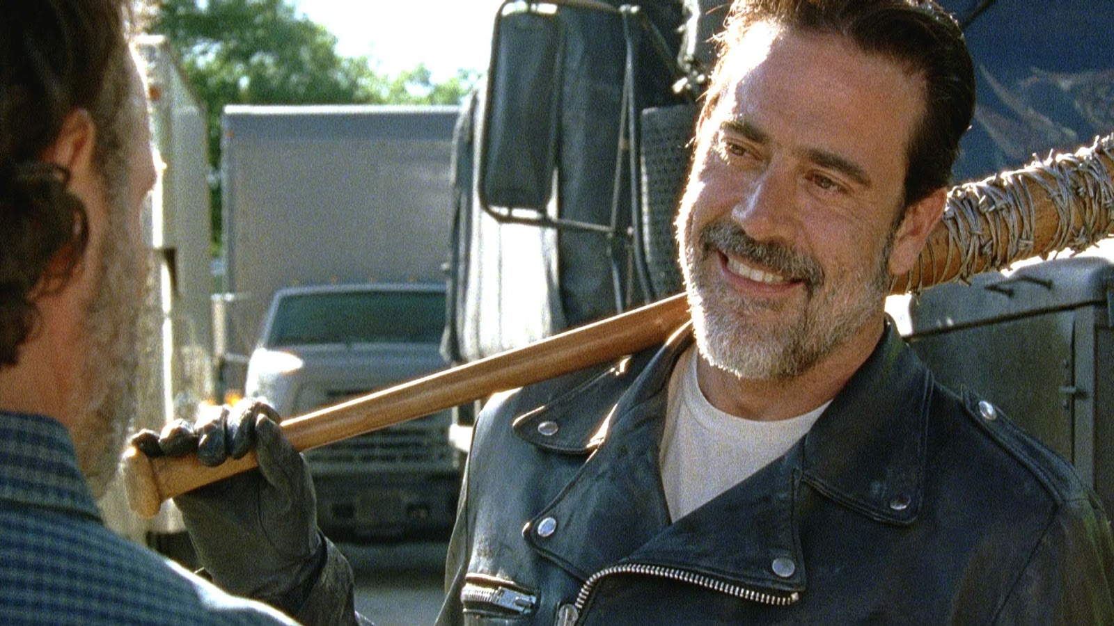 Negan sonríe en la cara de Rick en un episodio de The Walking Dead