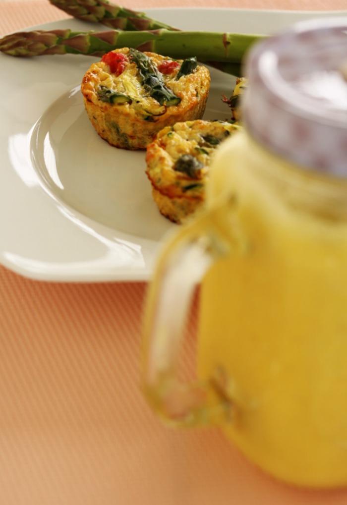 Jajeczne muffiny ze szparagami i cukinią