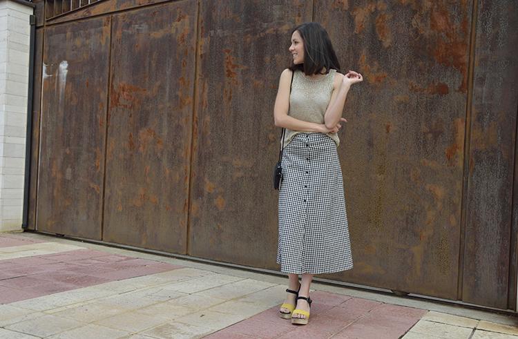 falda_midi_cuadros_top_metalizado_sandalias_primavera_verano_look_trends_gallery