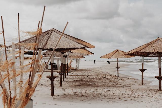 Parasole na plaży przed Hotelem Bryza w Juracie.