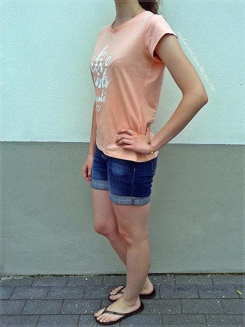 Brzoskwiniowy T-shirt, jeansowe krótkie spodenki, japonki, biżuteria