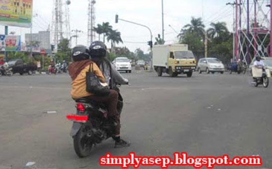 LEWAT MARKA : Sepasang pengendara motor tertangkap kamera saya melewati garis marka di simpang Kota Baru Pontianak beberapa waktu yang lalu. Foto Asep Haryono
