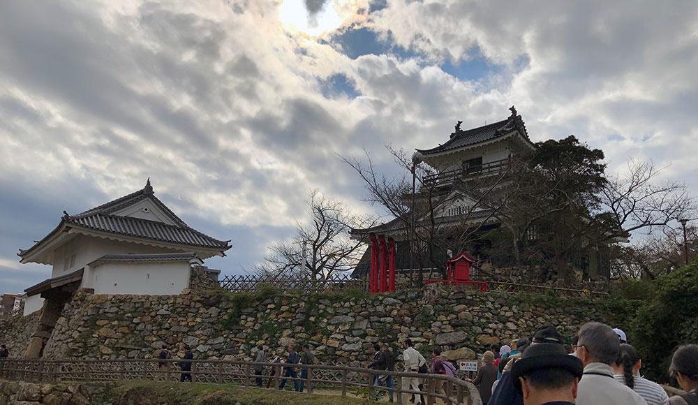 富士見櫓方面から腰曲輪越しに見た天守曲輪の復興天守閣と復元天守門、左が東(2018年11月3日撮影)