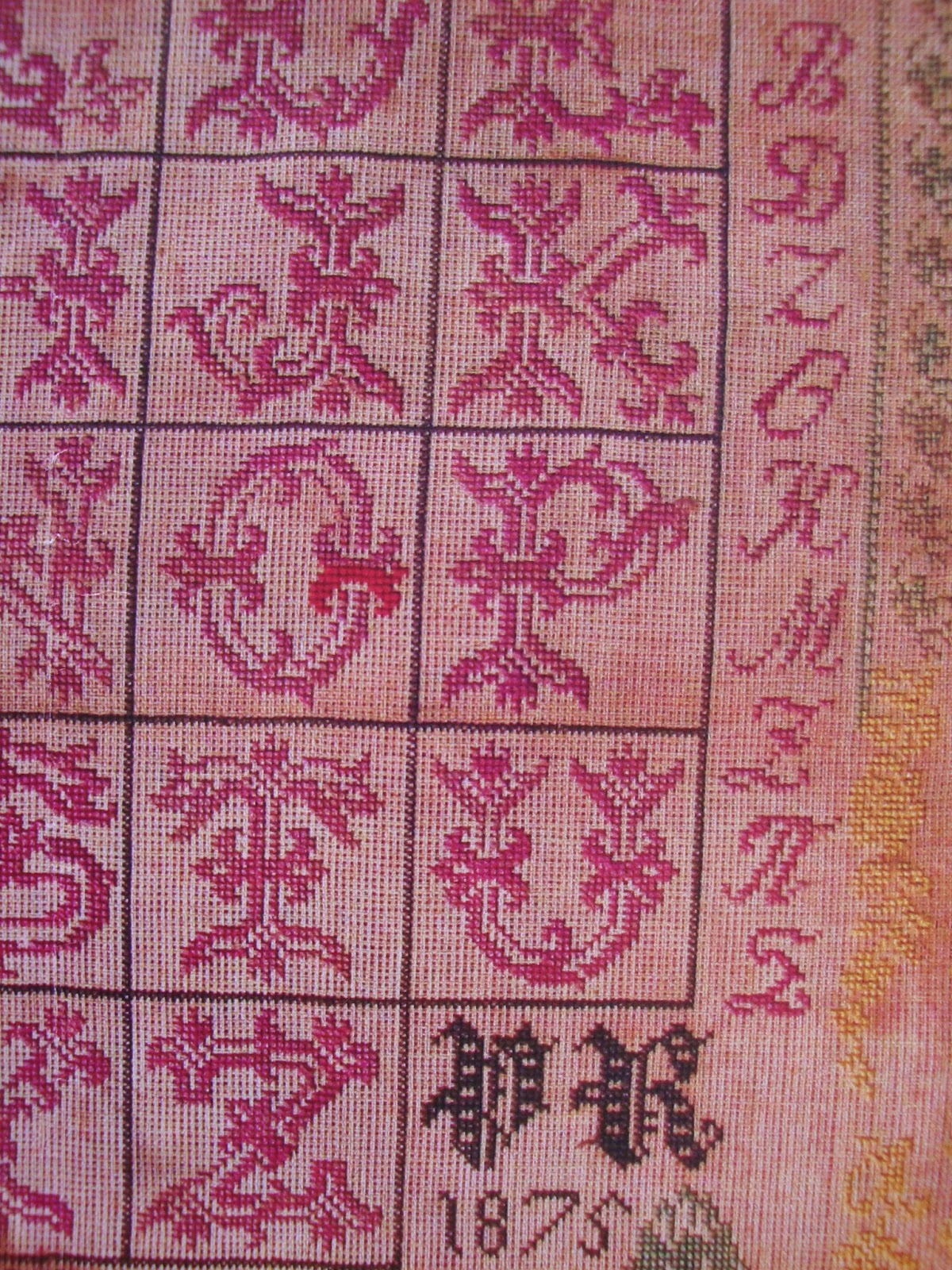 027b37bac872 Κάνετε κλικ εδώ για να δείτε μερικά ακόμη σχέδια σταυροβελονιά με τα  γράμματα του Ελληνικού αλφαβήτου . Click here to see some more cross stitch  patterns of ...