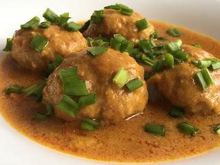 Klopsiki w sosie curry na szybki obiad ze szczypiorkiem