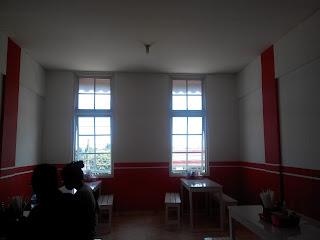 Ruangan di lantai 2, nuansa merah putih