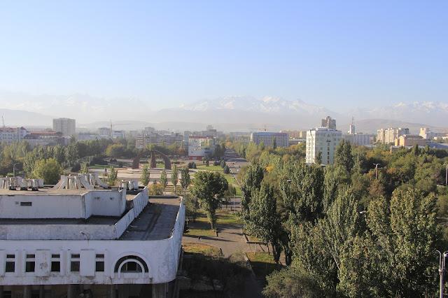 Kirghizistan, Bichkek, Jibek Jolu Prospekt, Place de la Victoire, Ala-Too, © L. Gigout, 2012
