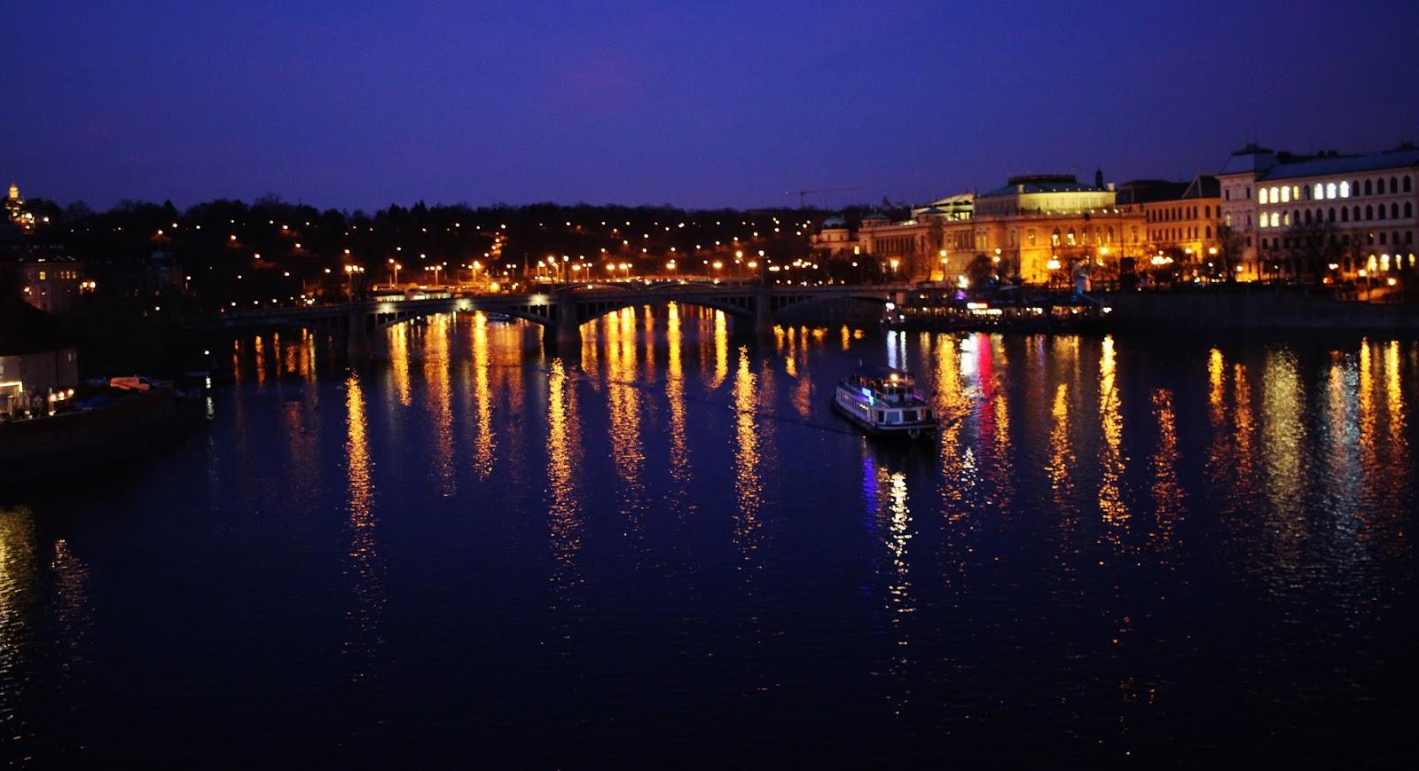 praga de noche turismo