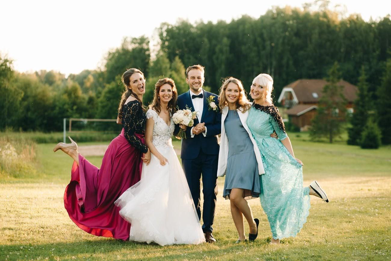 grupu foto kāzās