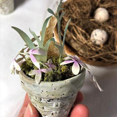 Sara Emily Barker https://sarascloset1.blogspot.com/2019/03/tiny-easter-table-decor.html Easter Table Decor Tim Holtz Sizzix Wildflower Stems Springtime Side-Order 8