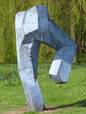 Stehende Hose aus Stein im Eilbek Park Hamburg