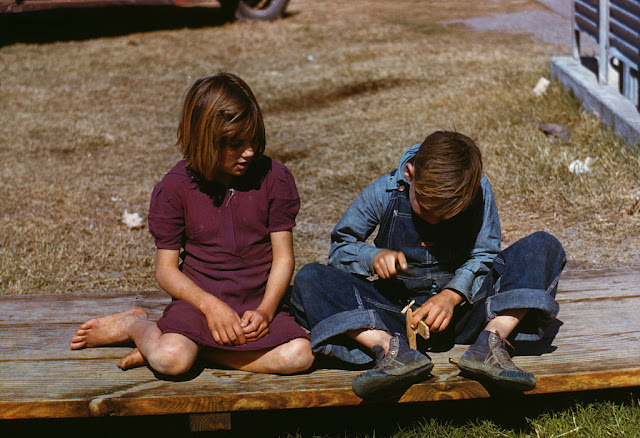 https://es.wikipedia.org/wiki/Archivo:Arthur_Rothstein,_Boy_building_a_model_airplane_as_girl_watches,_FSA_camp,_Robstown,_Texas,_1942.jpg