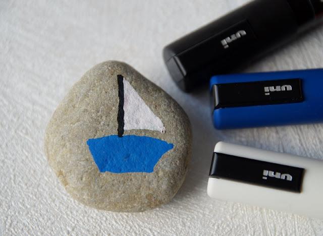 DIY: Steine mit Stiften bemalen - Tipps für Anfänger. Auf Küstenkidsunterwegs zeige ich Euch, wie Ihr auch als Anfänger Steine toll mithilfe von Stiften gestalten könnt und gebe Euch wertvolle Tipps zum Bemalen, zur Motivwahl und zur Ausführung. Auch ein super Bastel-Spaß für Kinder!