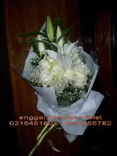 rangkaian bunga tangan mawar putih dan lily