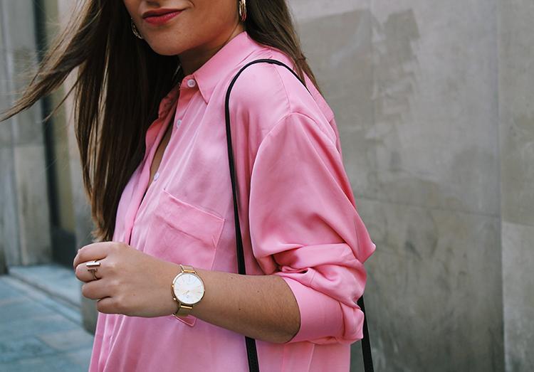 Camisa rosa y reloj dorado mom