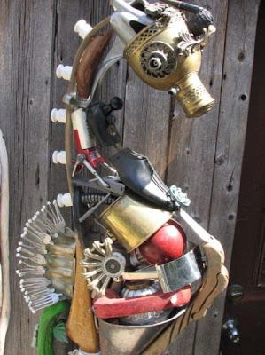 Escultura  con pedazos de madera y  metales reciclados