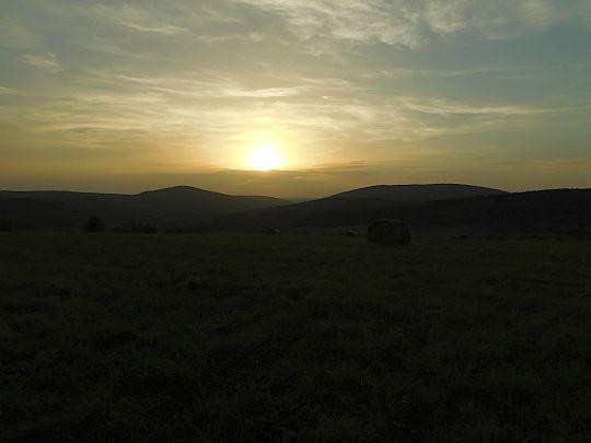 Słońce coraz niżej nad doliną Jasiołki, między Ostrą i Piotrusiem.