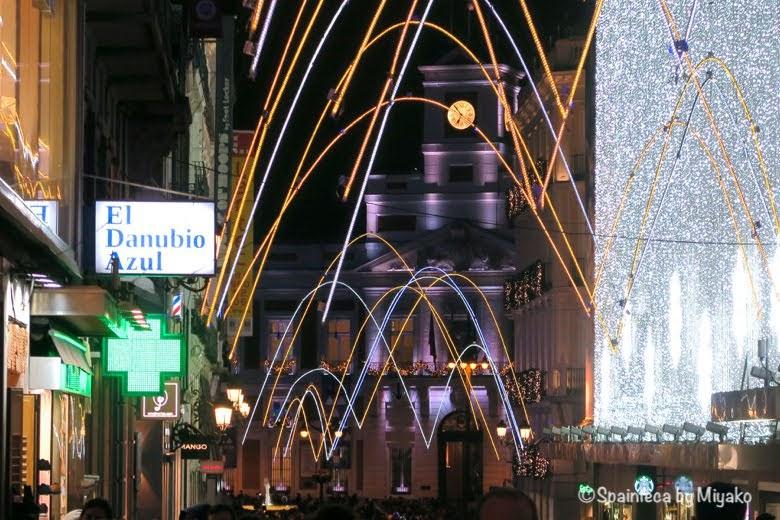 スペインのマドリードの中央通りプレシアドス通りから見たいソル広場の時計台