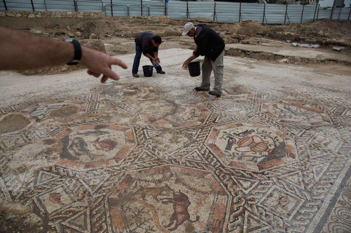 Mosaico romano de 1700 años de antigüedad revelado durante proyecto de construcción de alcantarilla