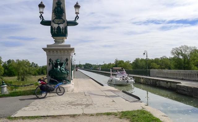 De Paris à Narbonne en vélo, Pont canal de Briare