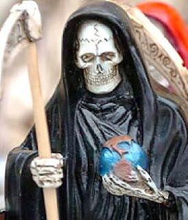 A San La Muerte se lo invoca igual que a otro santo, con la diferencia que a éste también le pueden llegar a pedir que realice algún daño a alguien.