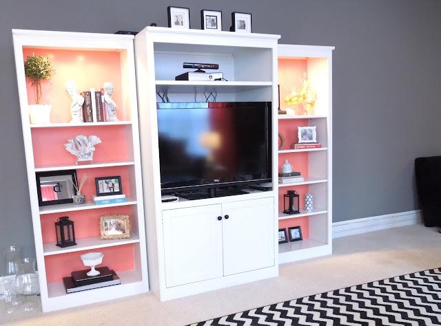Añadir color coral en una estantería blanca