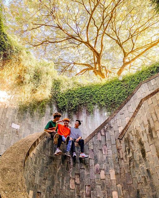 """Điểm nổi bật nhất của nơi này chính là chiếc đường hầm dưới lòng đất có cầu thang dẫn lên một vòm trời lớn, có các loại cây dây leo xung quanh miệng vòm và được bao phủ bởi cây xanh tuyệt đẹp. Khi bước đến chiếc """"giếng trời"""" này, bạn sẽ ngỡ như mình đang được bước những nấc thang dẫn đến xứ sở cổ tích."""