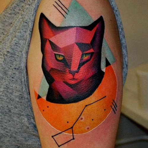 kadın süt kol kırmızı kedi dövmesi woman upper arm red cat tattoo