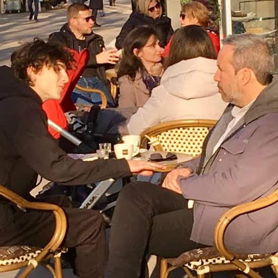 Dune Director Denis Villeneuve and Timothee Chalamet in Budapest :「ブレードランナー 2049」のデニス・ヴィルヌーヴ監督が、故フランク・ハーバートの原作をあらためて映画化するSF超大作「デューン」の写真の最も最初の1枚めと言えそうな主演のティモシー・シャラメと一緒のカフェでの談笑風景 ! !