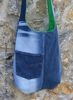 """Sac bandoulière fait de pans de pantalons en jeans recyclés (chinés par mes soins), de différents tons, montés façon patchwork, coutures surpiquées de fil vert, bandoulière en jeans, entièrement doublé en tissu coton vert prairie, poche en jeans cousue sur l'extérieur. Les jeans portés recyclés parfois délavés par le temps apportent cette """"petite chose en plus"""" à cette pièce unique. Dimensions : 35 x 33 x 8 cm, hauteur avec la bandoulière : 83 cm."""