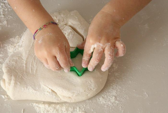 giocare con pasta di sale e formine natalizie