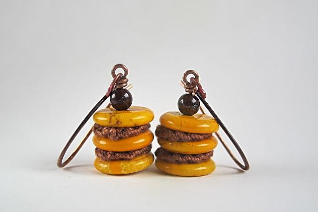 Gehaakte schijfjes met geverfde howlietkralen en jaspiskraaltjes aan handgemaakte koperen haakjes  totale lengte : 4 cm
