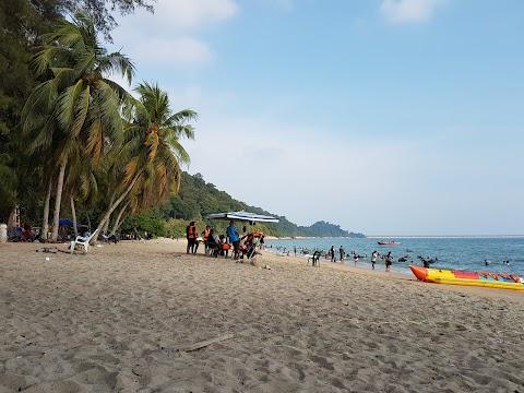 【霹雳景点】 直落巴迪湾 Teluk Batik| 和孩子们在海边戏水玩乐