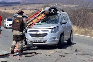 Acidente envolve carro e caminhonete