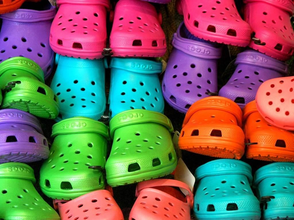 Bahaya Sering Pakai Sandal Crocs Bagi Kesehatan