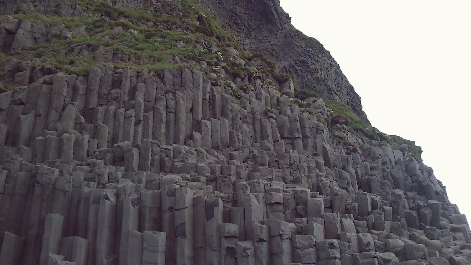 Reynisfjara, czarna plaża, islandzka plaża, Islandia, bazaltowe słupy, bazaltowe kolumny Islandia