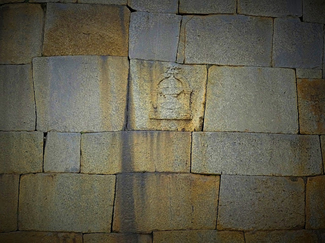 Shiv Ling over the Wall of the Bangalore Fort (sonesrs.blogspot.in)