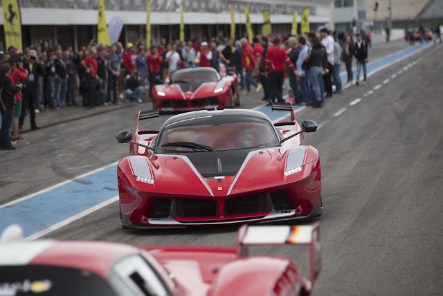 Photo: Lennen Descamps, Ferrari XX-K und Fans im Hintergrund an der Boxengasse