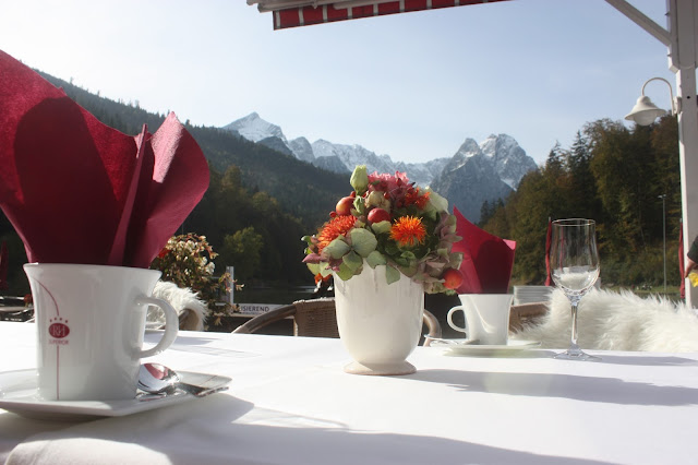 Kaffeetafel mit Bergblick ins Wetterstein, Herbsthochzeit in den Bergen von Garmisch-Partenkirchen, Hochzeitslocation in Bayern, Riessersee Hotel - Bordeaux, rote Rosen, herbstlich