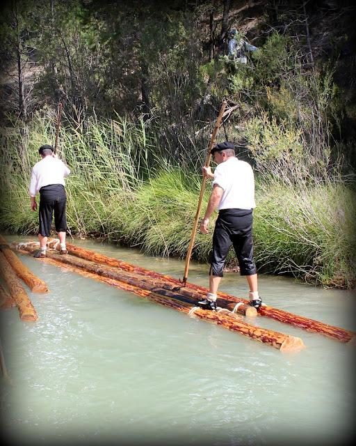 Gancheros subidos en troncos por el río Tajo
