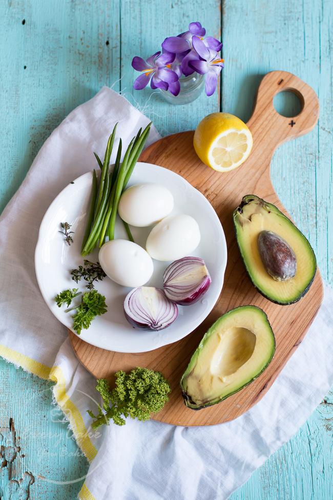 wielkanocna sałatka z awokado i jajkiem