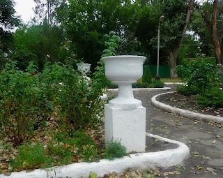 Новгородське. Територія фенольного заводу. Вазони