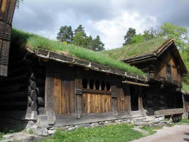 Casas típicas en el Museo al aire libre en la isla Bygdøy (Oslo, Noruega)